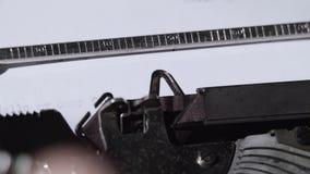 El interlocutor escribe en una máquina de escribir a su amigo almacen de metraje de vídeo