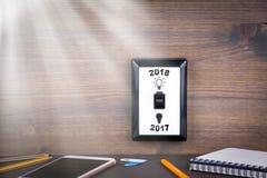 El interruptor de la luz se cambia a partir de 2017 a 2018 Negocio del ` s del Año Nuevo y fondo de la oportunidad Fotografía de archivo