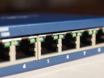 El interruptor del router del módem con el enchufe de Ethernet RJ45 vira hacia el lado de babor Fotografía de archivo