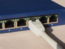 El interruptor del router del módem con el enchufe de Ethernet RJ45 vira hacia el lado de babor Fotos de archivo libres de regalías