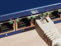 El interruptor del router del módem con el enchufe de Ethernet RJ45 vira hacia el lado de babor Foto de archivo