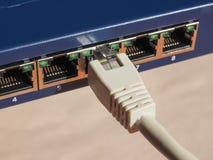 El interruptor del router del módem con el enchufe de Ethernet RJ45 vira hacia el lado de babor Fotos de archivo
