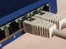 El interruptor del router del módem con el enchufe de Ethernet RJ45 vira hacia el lado de babor Imagen de archivo