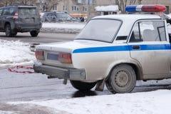 El interruptor intermitente ligero azul encima de una ciudad del coche policía se enciende en el fondo fotos de archivo