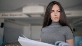 El interventor experto femenino hermoso del director trabaja con el proyecto que se coloca en el interior de la compañía principa almacen de video