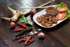 El intestino delgado del cerdo o los ?rganos internos fritos del Chitterlings del cerdo sirve con la salsa picante fotografía de archivo