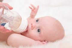 El introducir del bebé Imagenes de archivo