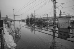 El inundar en el b&w del río Fotografía de archivo