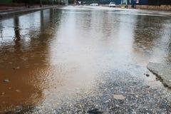 El inundar en Israel durante las lluvias del invierno El agua de lluvia inunda el estacionamiento grande imagen de archivo