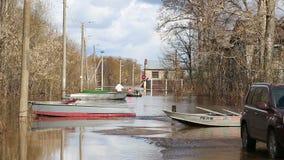 El inundar en Rusia el río desbordó en la primavera almacen de video