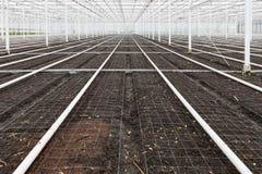 El invernadero vacío con el suelo se preparó para el cultivo de plantas Imagen de archivo