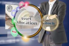 El inversor con el diagrama de la asignación del activo en pedregal virtual Imágenes de archivo libres de regalías