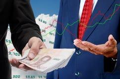 El inversor hace el dinero de bolsa de acción Imagen de archivo libre de regalías