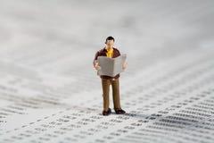 El inversor privado lee los financier0es en el papel Fotos de archivo libres de regalías