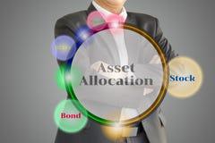 El inversor que considera el diagrama de la asignación del activo en Virtua Foto de archivo libre de regalías