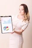 El investigador en traje formal del negocio escribe la información en clipb Fotos de archivo