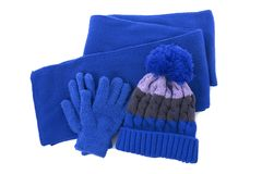 El invierno azul hecho punto bobble el sombrero, guantes de la bufanda aisló el fondo blanco fotos de archivo