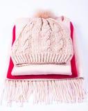El invierno caliente hizo punto la ropa - sombrero, bufanda, guantes en un fondo blanco Fotos de archivo