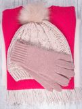 El invierno caliente hizo punto la ropa - sombrero, bufanda, guantes en un fondo de madera Imagen de archivo libre de regalías