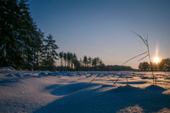 El invierno coloca puesta del sol con nieve Imagen de archivo
