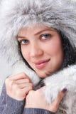 El invierno de la mujer que lleva los guantes cubiertos con nieve forma escamas Fotografía de archivo libre de regalías