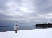 El invierno de la nieve de Maine del lago tourists de las memorias del verano firma Fotos de archivo libres de regalías