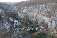 El invierno de los lagos Plitvice baja caídas Foto de archivo libre de regalías