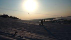 El invierno del paisaje desliza la estación de esquí, remonte, yendo abajo de snowboarders y de esquiadores en declive almacen de metraje de vídeo