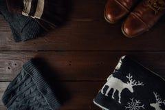 El invierno del ` s de los hombres viste en un fondo rústico marrón Imagen de archivo libre de regalías