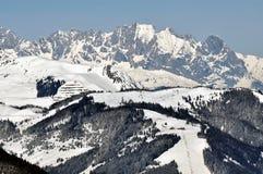 El invierno en Zell considera la estación de esquí, montan@as austríacas Foto de archivo libre de regalías