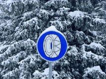 El invierno encadena la señal de peligro fotografía de archivo
