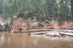 El invierno escénico coloreó el río en el país - vintage retro Imagen de archivo