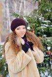 El invierno hermoso de la muchacha i del pelo rubio viste el retrato sonriente de la mujer de Fotos de archivo