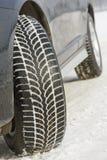 El invierno pone un neumático las ruedas instaladas en el coche del suv al aire libre Foto de archivo