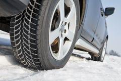 El invierno pone un neumático las ruedas instaladas en el coche del suv al aire libre Fotografía de archivo