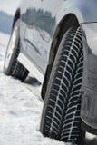 El invierno pone un neumático las ruedas instaladas en el coche del suv al aire libre Imagen de archivo