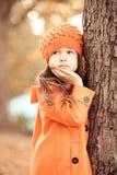 El invierno que lleva de la muchacha linda del niño viste al aire libre Fotografía de archivo