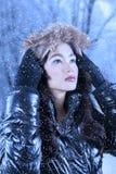 El invierno que lleva de la mujer asiática viste al aire libre Fotos de archivo