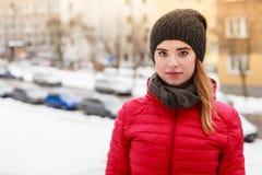 El invierno que lleva de la mujer viste afuera Imagen de archivo libre de regalías