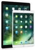 El iPad negro favorables 12,9 avanza lentamente y pulgadas del iPad blanco las favorable 10,5 en el fondo blanco Imágenes de archivo libres de regalías