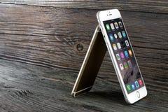 El iPhone 6 de la diferencia del tamaño e iPhone 6 más Imagen de archivo libre de regalías