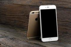 El iPhone 6 de la diferencia del tamaño e iPhone 6 más Imagen de archivo