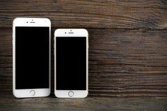 El iPhone 6 de la diferencia del tamaño e iPhone 6 más Fotografía de archivo