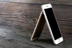 El iPhone 6 de la diferencia del tamaño e iPhone 6 más Fotografía de archivo libre de regalías