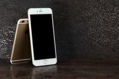 El iPhone 6 de la diferencia del tamaño e iPhone 6 más Fotos de archivo libres de regalías
