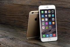 El iPhone 6 de la diferencia del tamaño e iPhone 6 más Imagenes de archivo