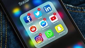 El iPhone negro de Apple con los iconos de medios sociales y diversos contadores etiquetan Concepto de la comercializaci?n libre illustration