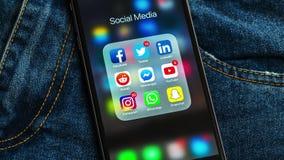 El iPhone negro de Apple con los iconos de medios sociales y diversos contadores etiquetan Concepto de la comercializaci?n ilustración del vector