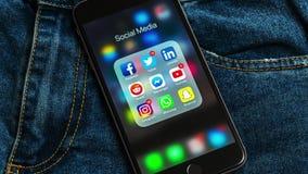 El iPhone negro de Apple con los iconos de medios sociales y diversos contadores etiquetan Concepto de la comercializaci?n stock de ilustración