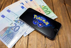 El iPhone 6s de Apple con Pokemon va en la pantalla Fotografía de archivo libre de regalías